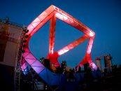 Las luces SixPar 300IP de Elation iluminaron el escenario Art Structure