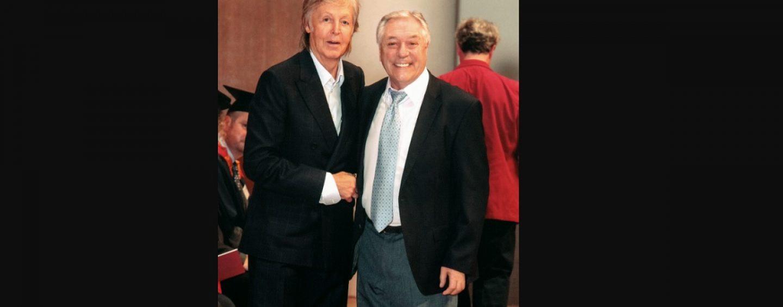 Paul McCartney hace a Cliff Cooper de Orange Amplification amigo honorable de LIPA