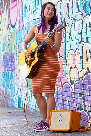 La embajadora de Orange Raquel Lily con el Crush Acoustic